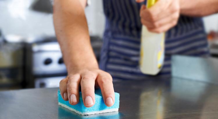 Como economizar água na limpeza da sua empresa
